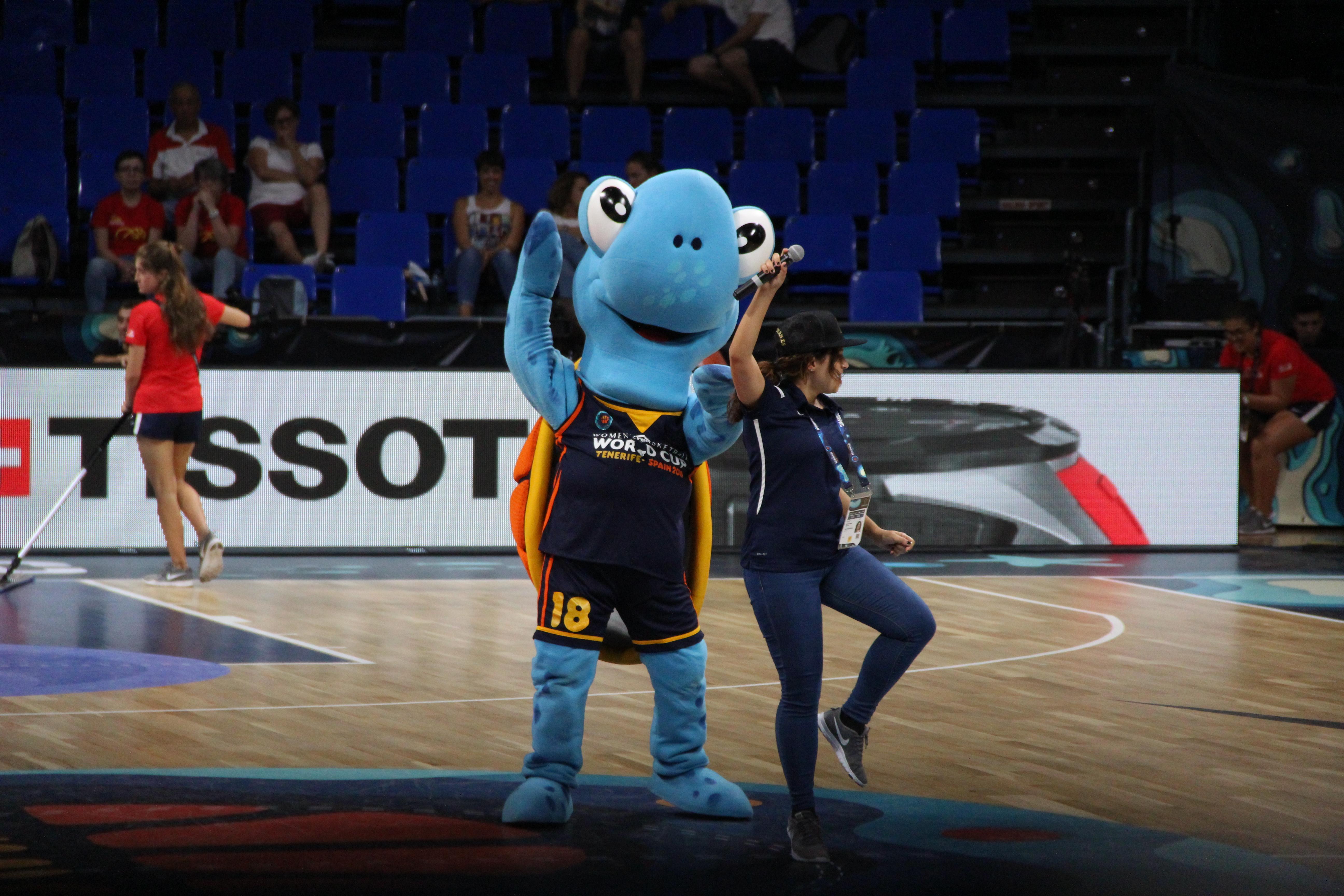 Deborah Sabina y Tina, mascota de la Copa del Mundo de Baloncesto Femenino FIBA 2018